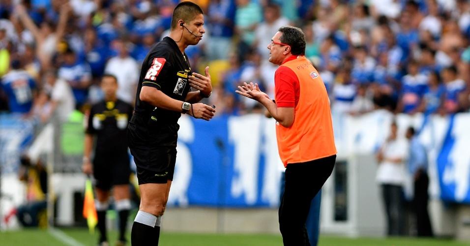 Vanderlei Luxemburgo reclama com o árbitro Franscisco Carlos Nascimento