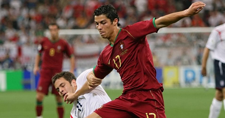 Cristiano Ronaldo briga pela bola com Joe Cole na partida entre Inglaterra e Portugal na Copa de 2006