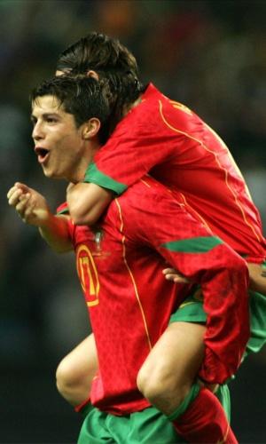 Cristiano Ronaldo celebra um de seus gols na goleada portuguesa sobre a Rússia por 7 a 1 em 2004