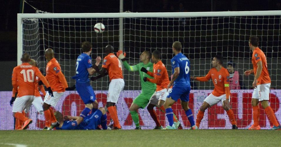 Sigurdsson, caído, observa bola entrar em segundo gol da Islândia contra a Holanda