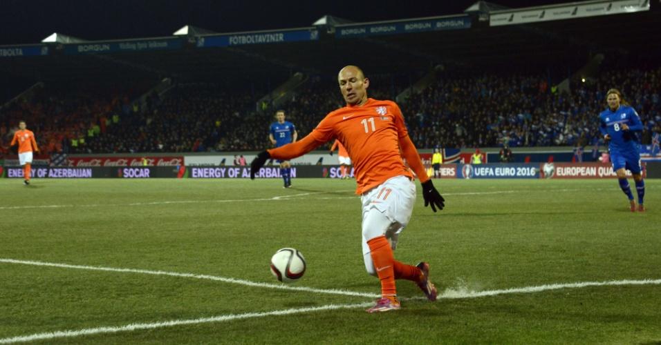 Arjen Robben, atacante da Holanda, se esforça para pegar a bola na partida contra a Islândia, pelas Eliminatórias da Euro 2016