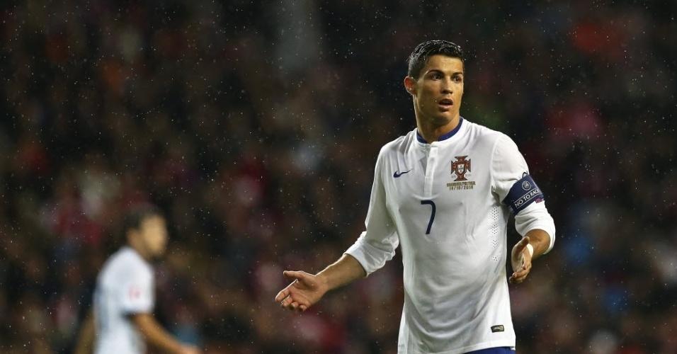 Cristiano Ronaldo em ação durante jogo de Portugal pelas Eliminatórias da Euro