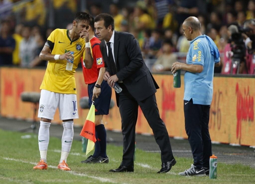 Neymar conversa com o técnico Dunga durante a vitória sobre o Japão