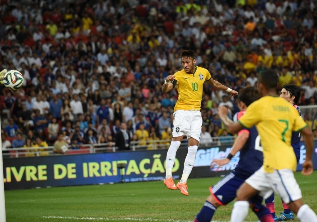 Neymar desvia de cabeça para fazer o quarto da seleção contra o Japão
