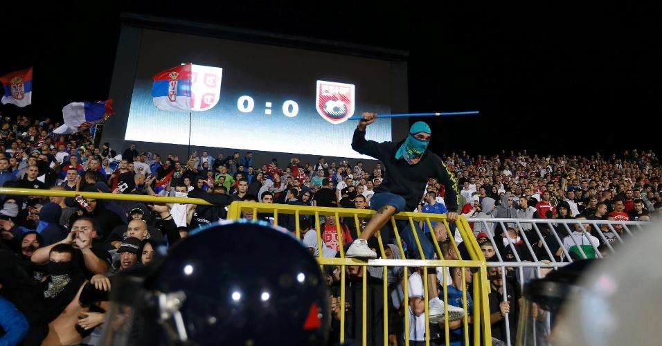 Torcedor mascarado tenta saltar grade e invadir o gramado durante jogo entre Sérvia x Albânia