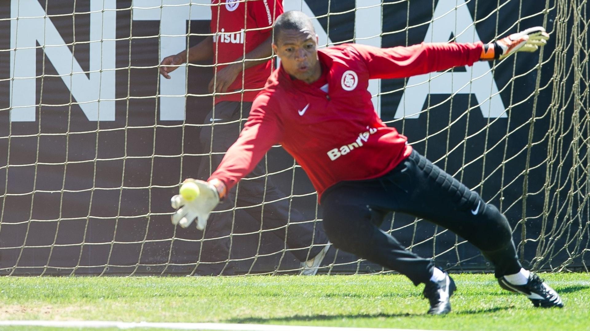 15.out.2014 - Goleiro Dida em treino com bola de tênis no CT do Inter