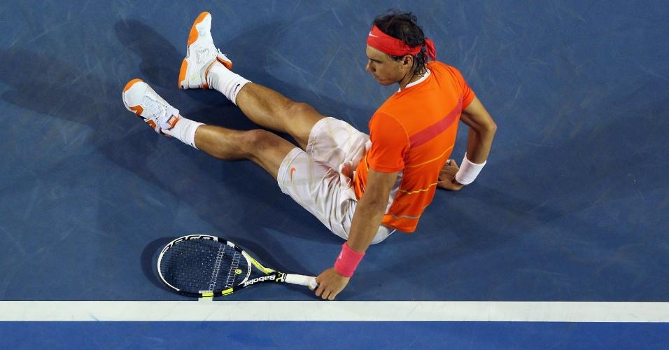Com dores, Nadal se joga no chão em partida contra Andy Murray no Aberto da Austrália de 2010