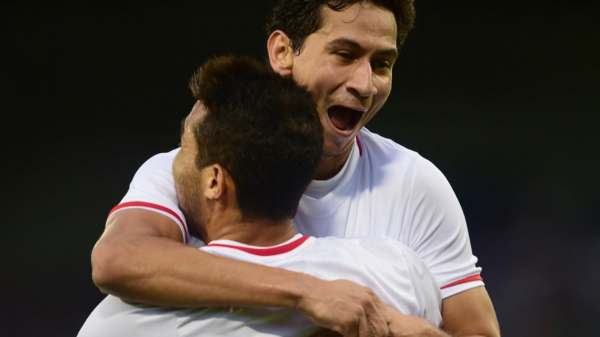 Ganso é abraçado por Alan Kardec depois de marcar gol