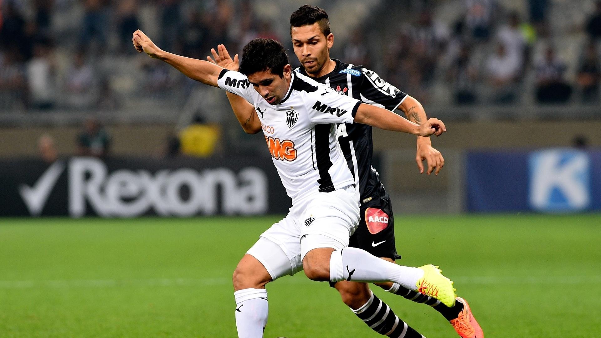 Guilherme e Petros disputam bola no Mineirão