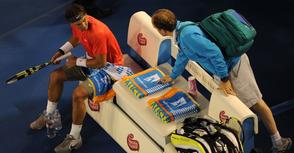 Nadal conversa com fisioterapeuta em jogo que sofreu lesão na coxa contra David Ferrer, em 2011