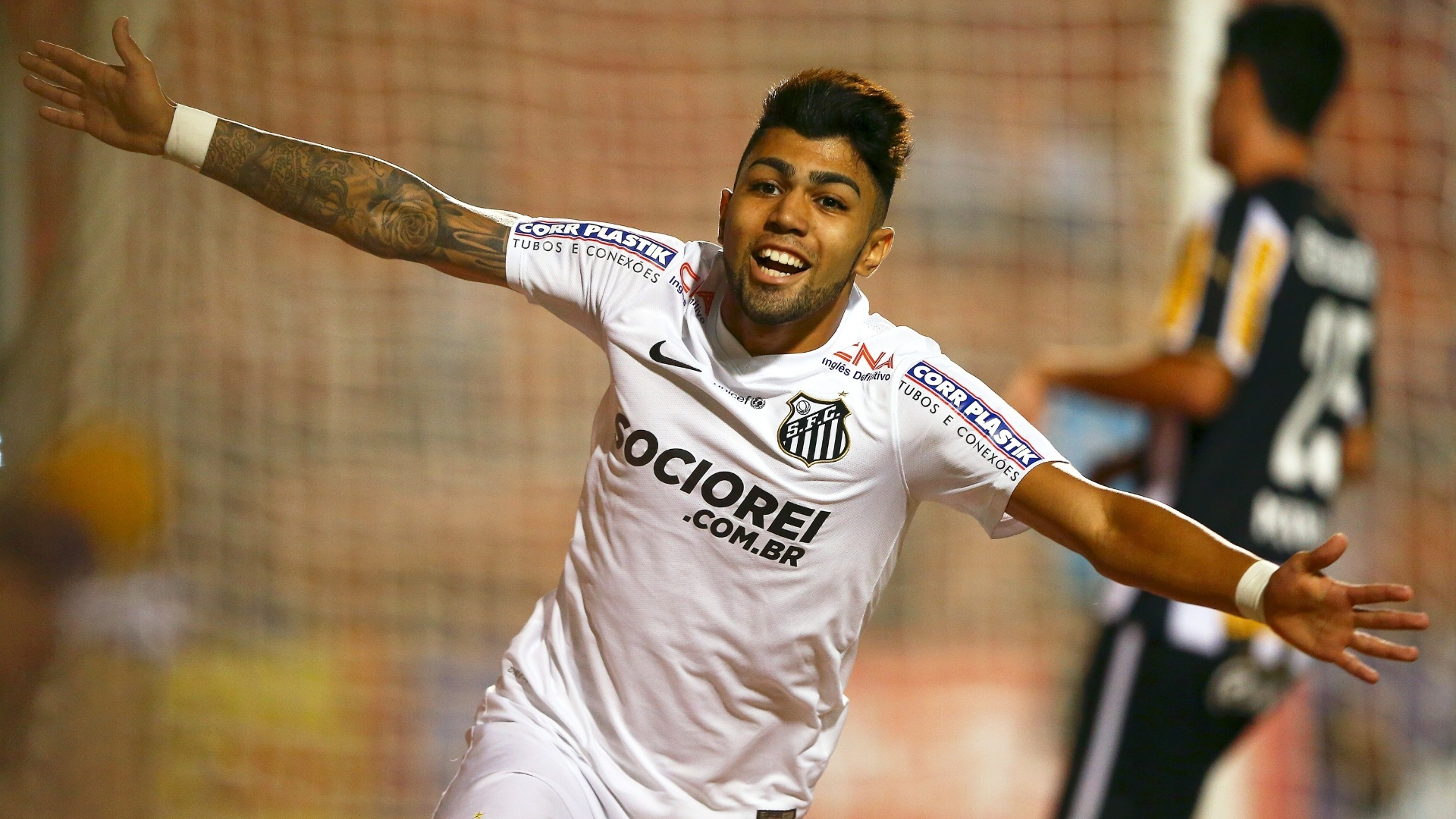 Gabriel comemora após abrir o placar para o Santos, contra o Botafogo na Copa do Brasil