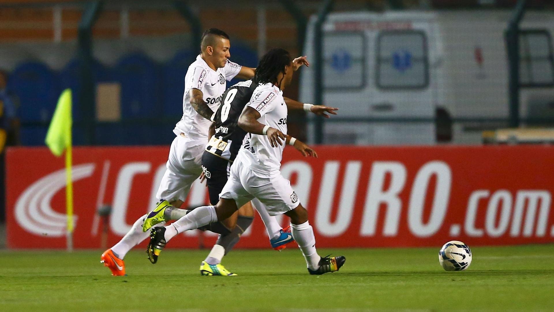 Rogério, do Botafogo, é cercado por jogadores do Santos ao tentar jogada durante duelo da Copa do Brasil