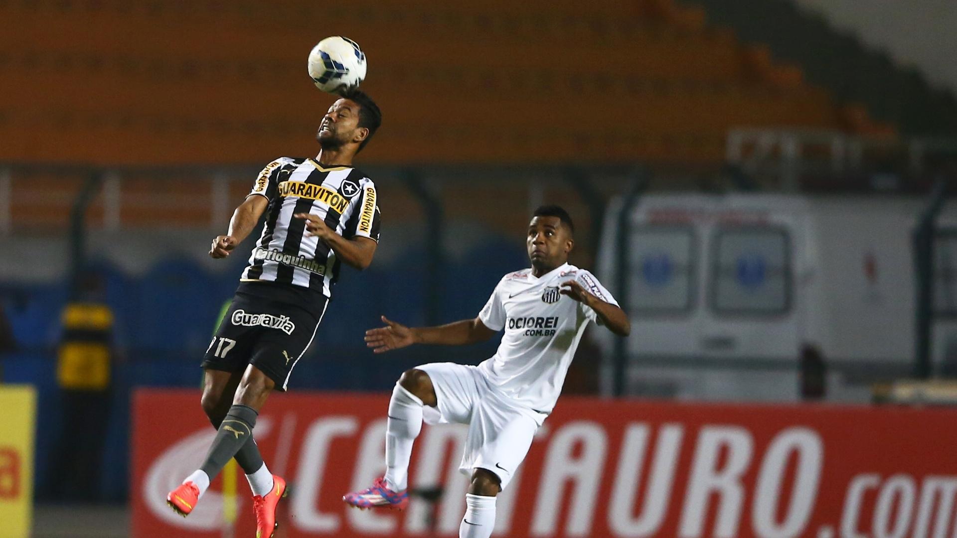 Wallyson sobe de cabeça na bola para tentar fazer a jogada para o Botafogo contra o Santos, pela Copa do Brasil