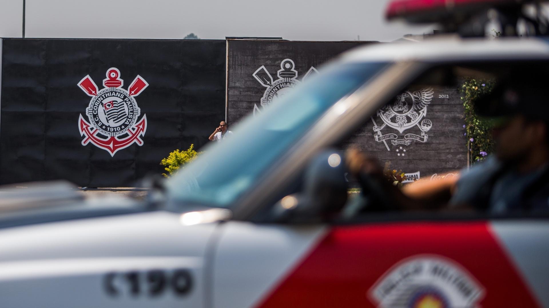 Polícia Militar chega ao CT do Corinthians para evitar violência da torcida