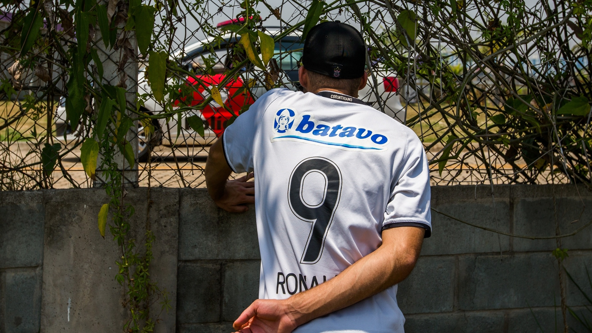 Torcedor com camisa do Ronaldo vai ao CT do Corinthians para protestar