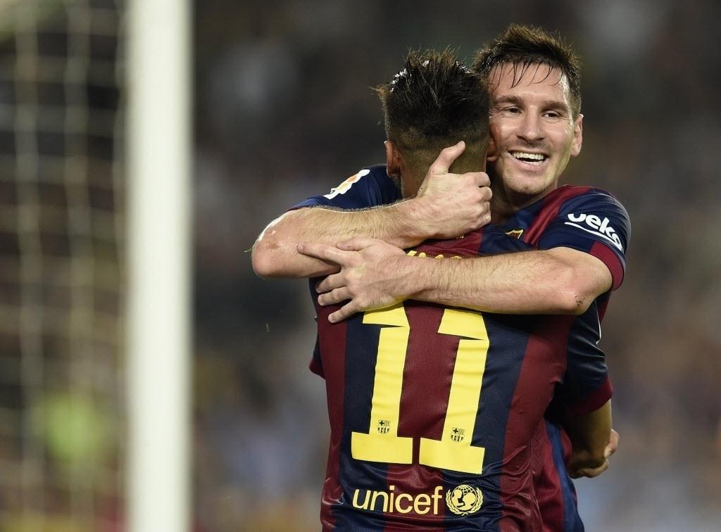 18.out.2014 - Messi abraça Neymar após marcar para o Barcelona contra o Eibar pelo Campeonato Espanhol
