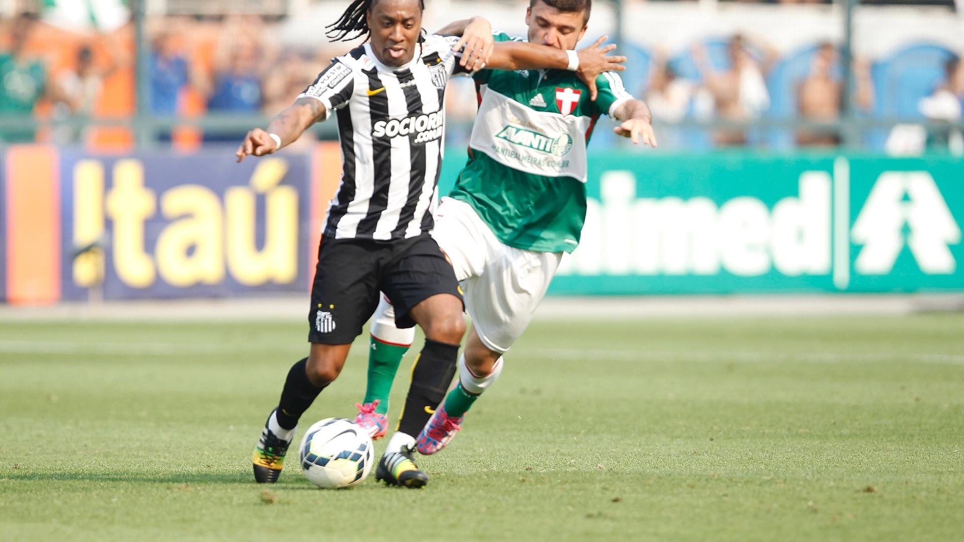 Arouca protege a bola durante clássico entre Santos e Palmeiras no Pacaembu pelo Brasileirã
