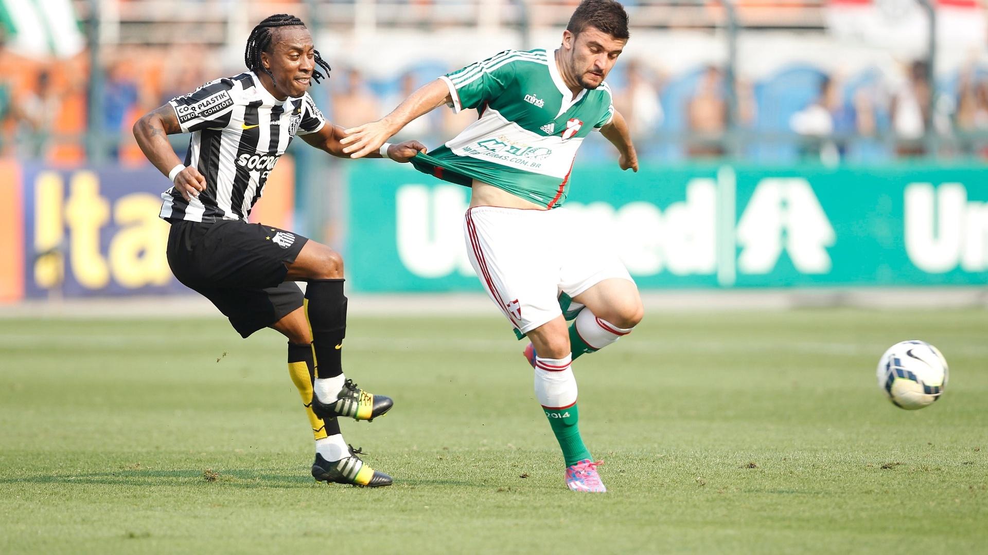 Arouca puxa o calção de Victor Luis durante clássico entre Santos e Palmeiras no Pacaembu