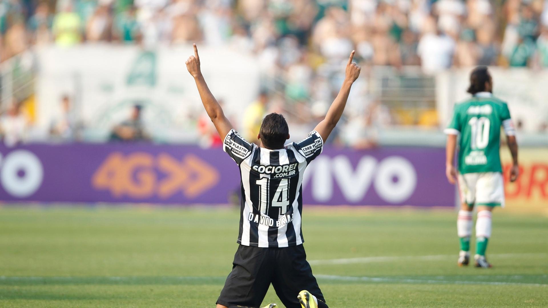 David Braz ajoelha para comemorar gol do Santos sobre o Palmeiras no Pacaembu