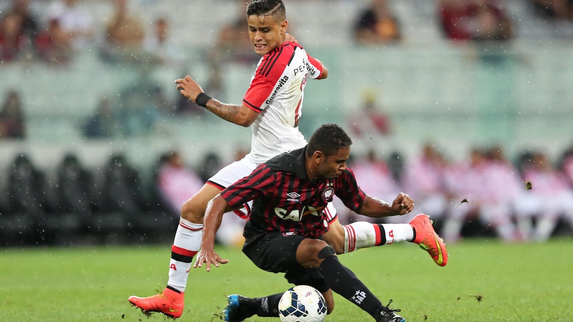 Deivid (Atlético-PR) tenta roubar a bola de Éverton (Flamengo)