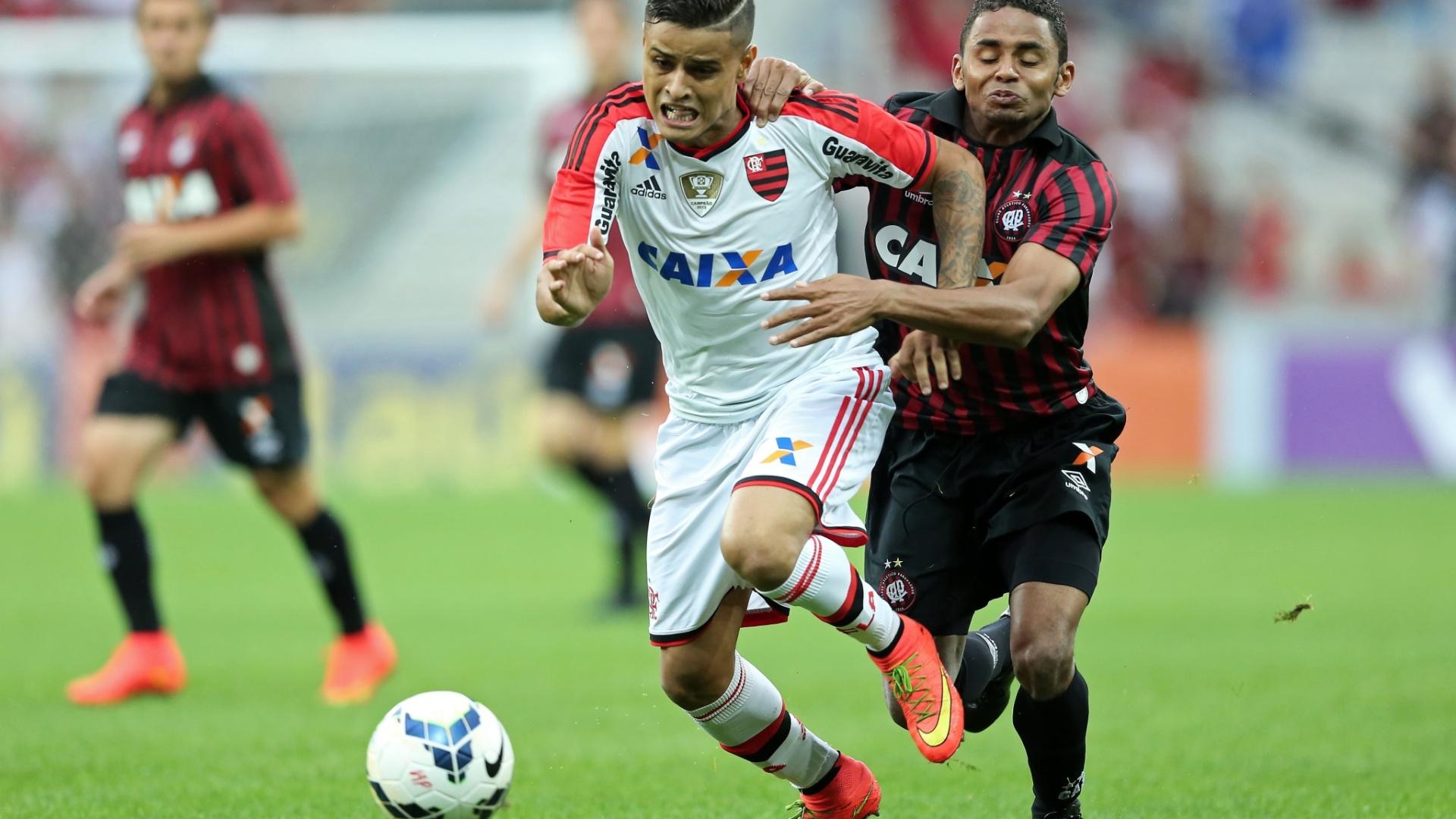 Everton (Flamengo) tenta escapar da marcação de Deivid (Atlético-PR)