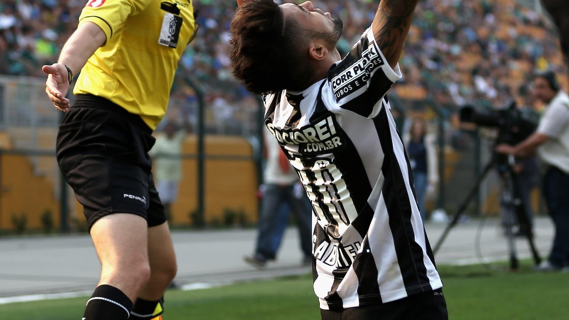 Gabriel ajoelha e comemora gol sobre o Palmeiras no clássico paulista
