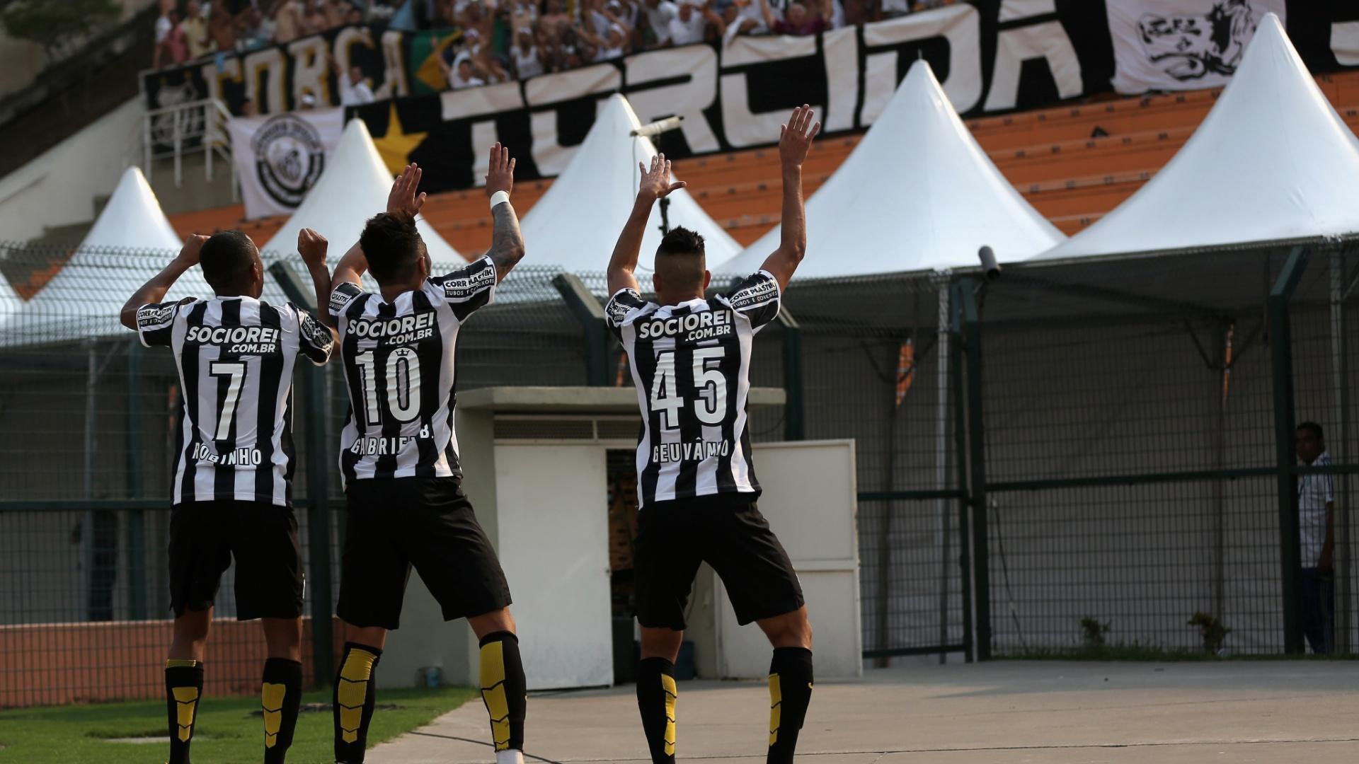 Geuvânio (dir), Gabriel e Robinho comemoram gol do Santos sobre o Palmeiras com dancinha