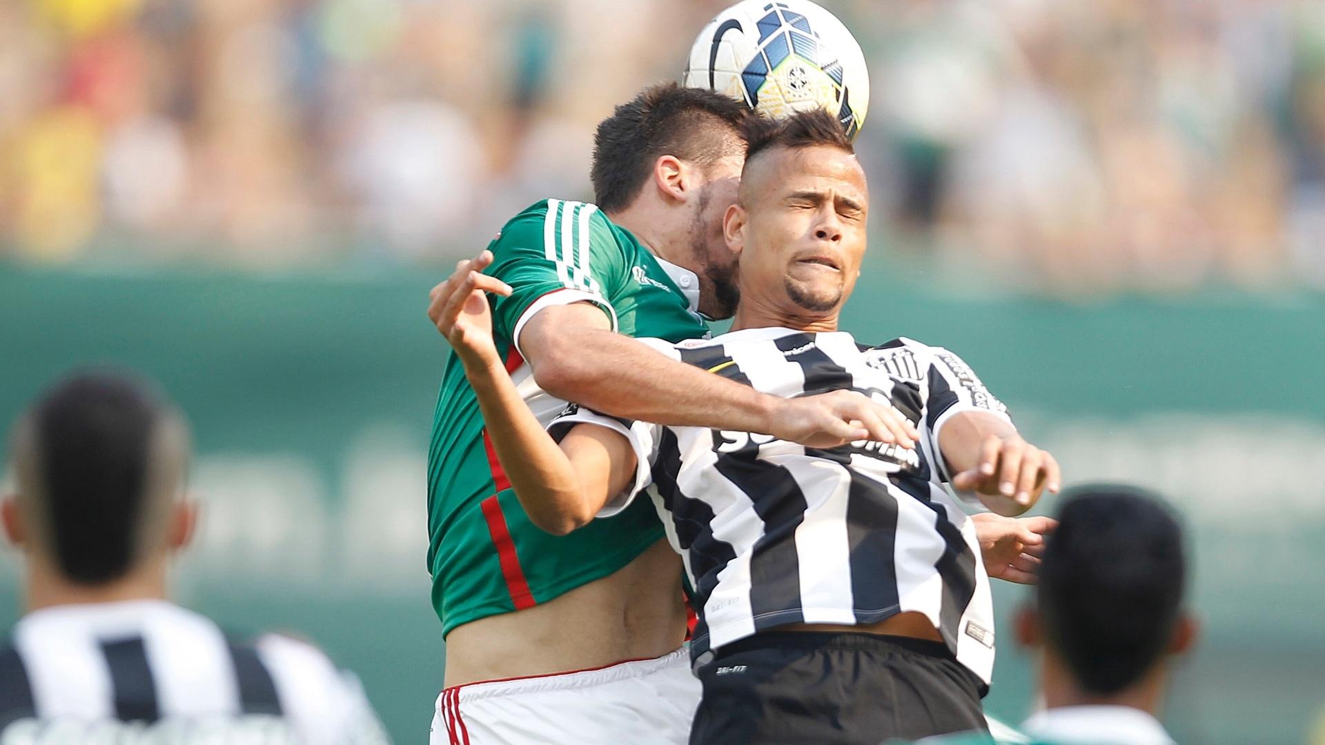 Geuvânio, do Santos, disputa lance pelo alto com Victor Luis, do Palmeiras, durante clássico no Pacaembu
