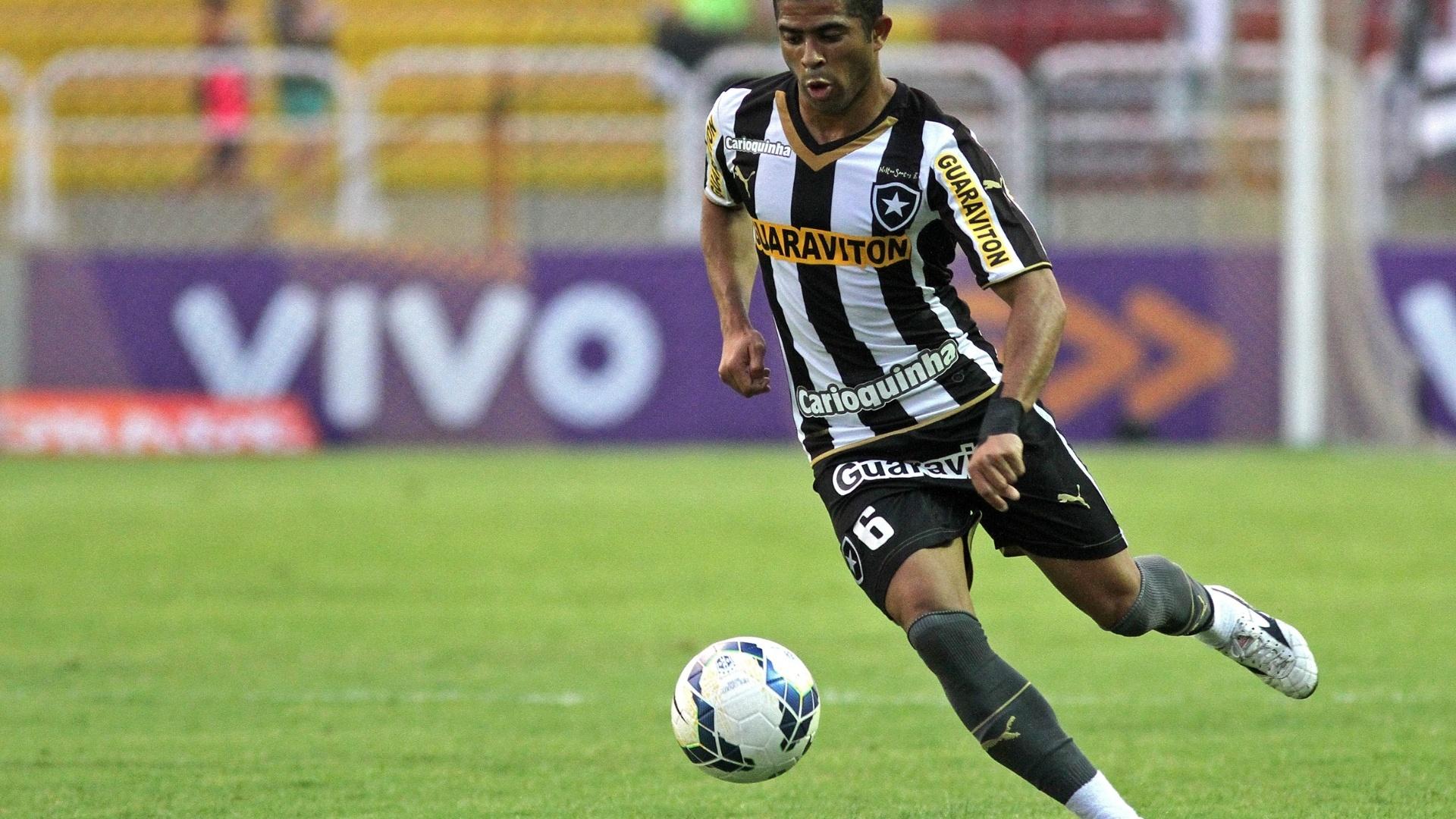 Júnior César conduz a bola em jogada do Botafogo