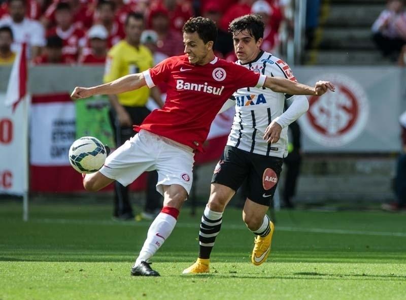 Marcado por Fagner, Nilmar arrisca o chute contra o gol de Cássio