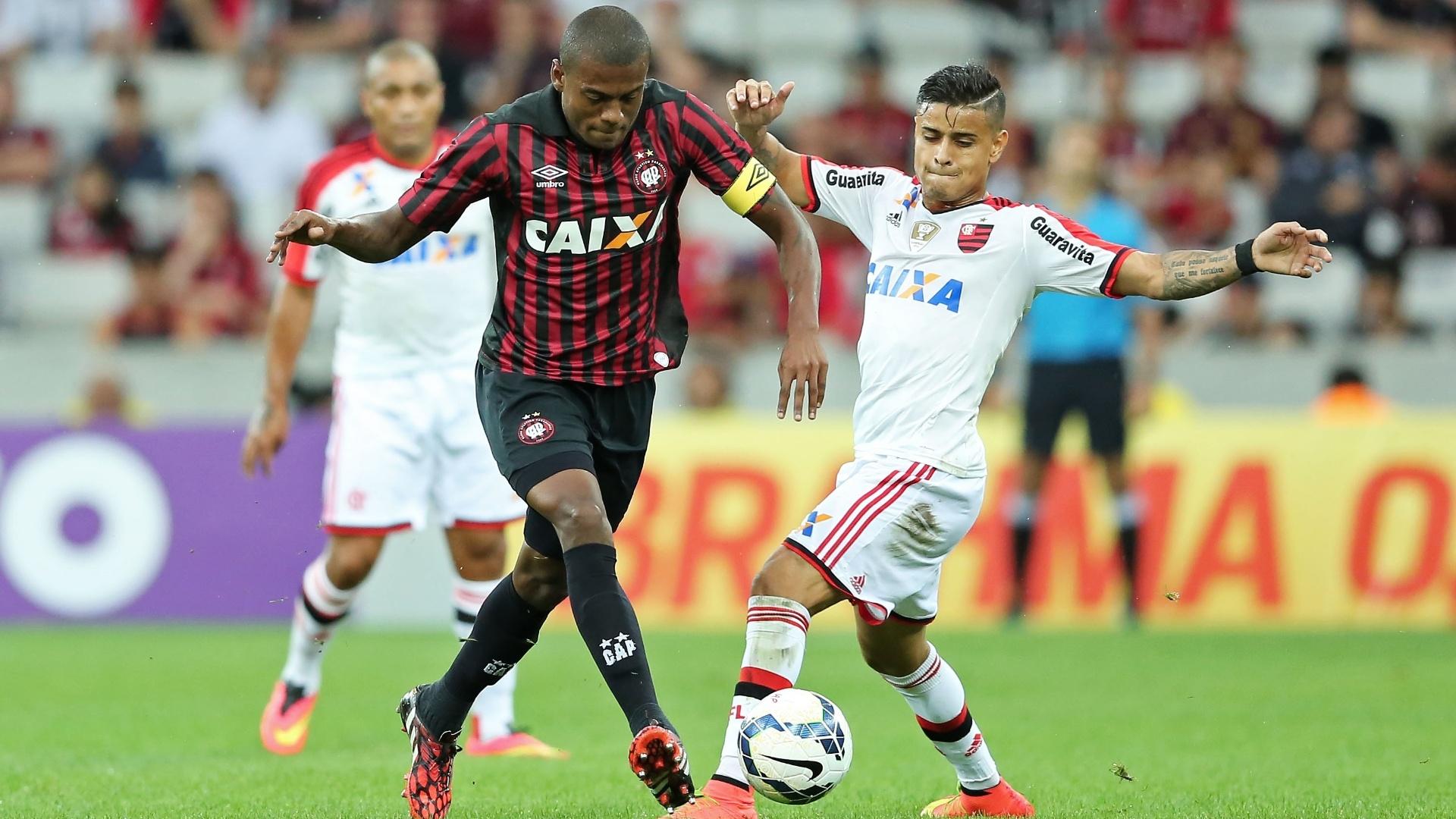 Marcelo (Atlético-PR) protege a bola da investida de Éverton (Flamengo)