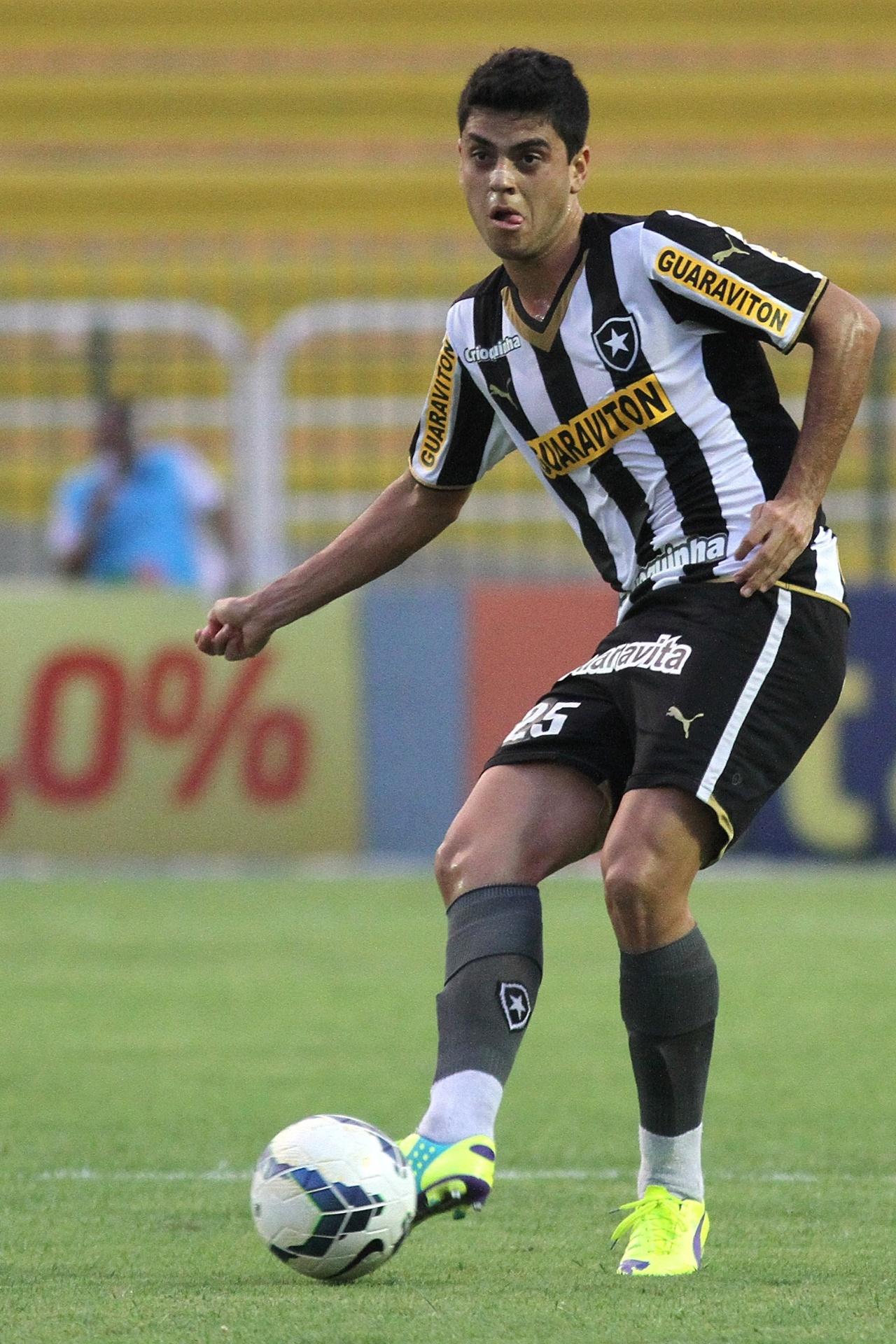 Matheus domina a bola em jogada do Botafogo