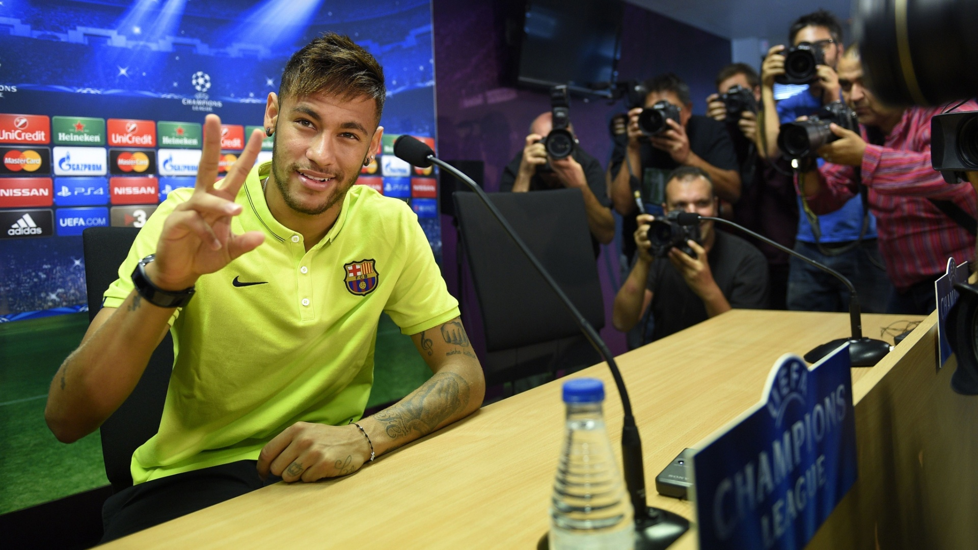 Neymar acena para jornalistas durante coletiva no Barcelona