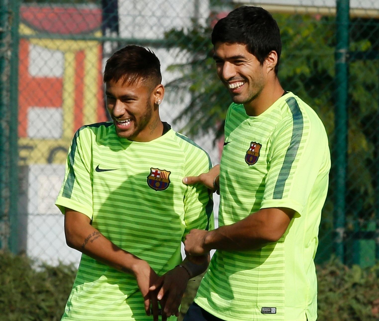 Neymar e Luis Suárez brincam durante treino do Barcelona para jogo contra o Ajax pela Liga dos Campeões
