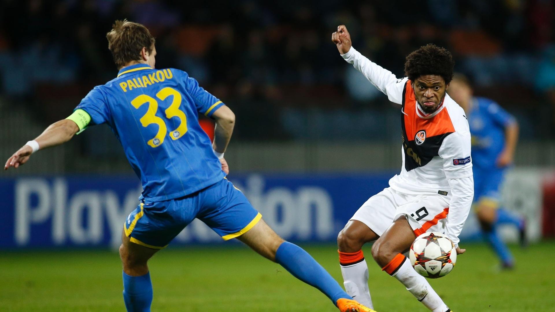Luiz Adriano (direita), do Shakhtar, dribla Polyakov durante jogo da Liga dos Campeões