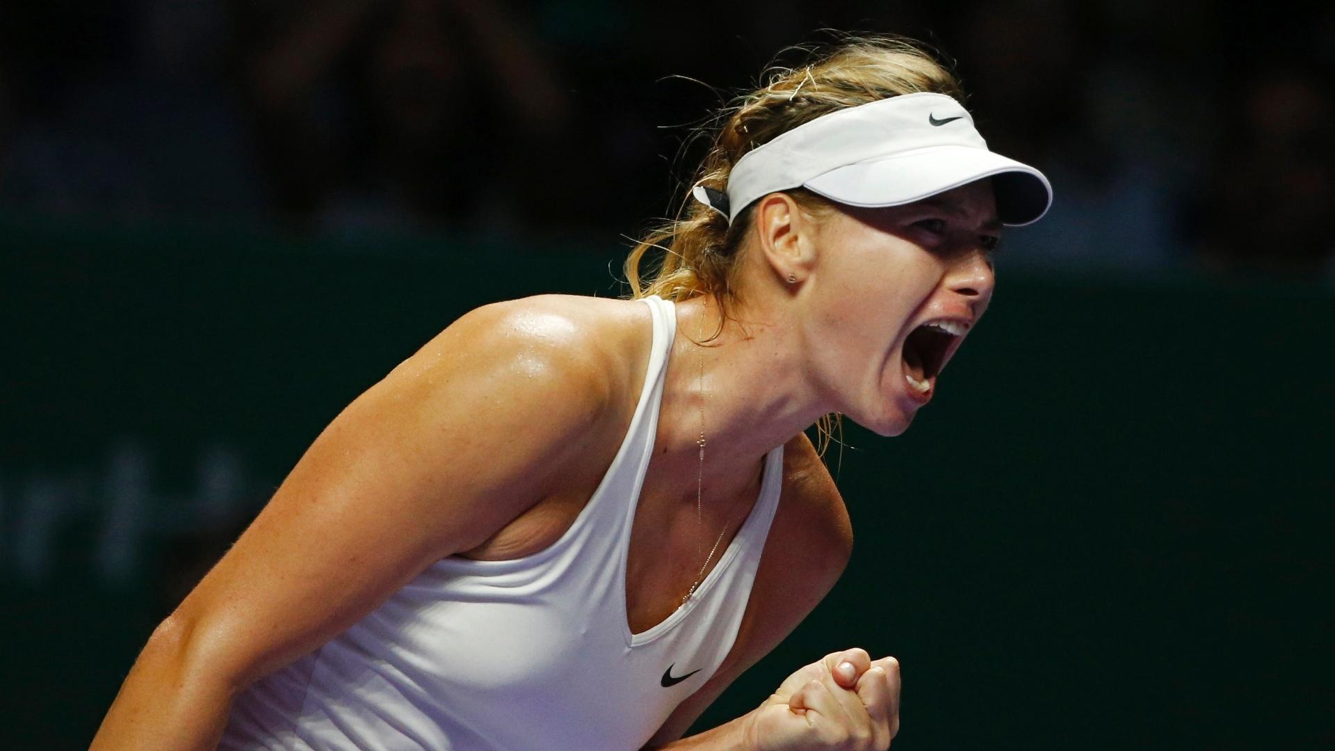Maria Sharapova vibra após marcar ponto no jogo contra Caroline Wozniacki