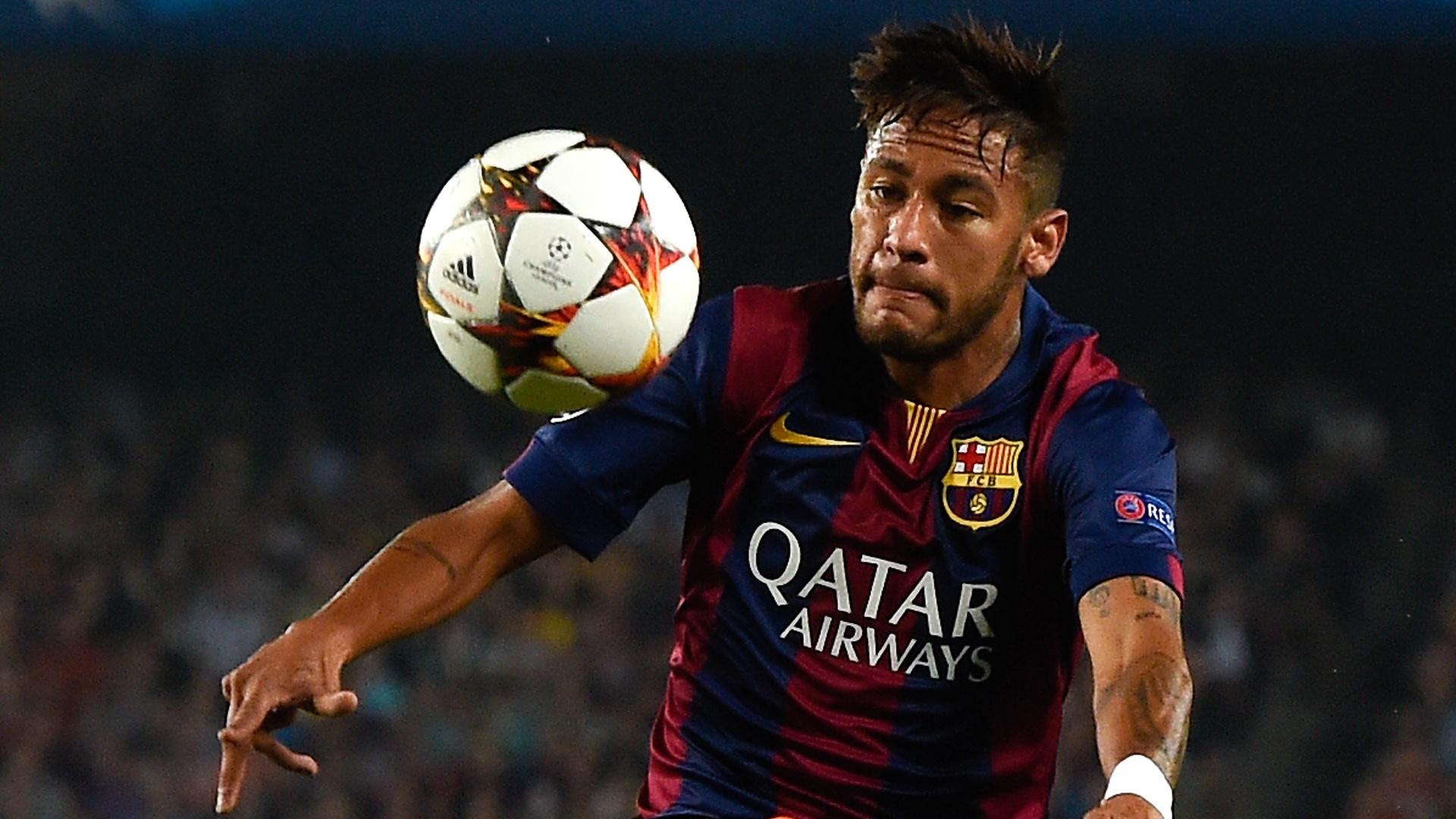 Neymar, atacante do Barcelona, se estica para dominar a bola na partida contra o Ajax, pela Liga dos Campeões