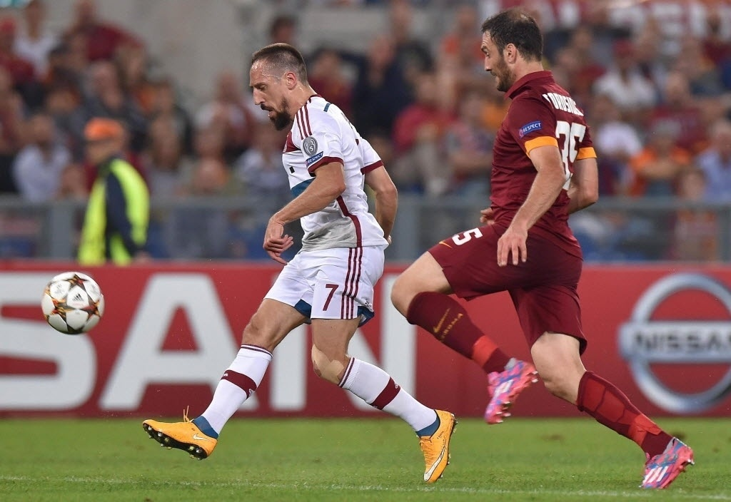 Ribéry chuta de cobertura para fazer um dos gols da goleada do Bayern