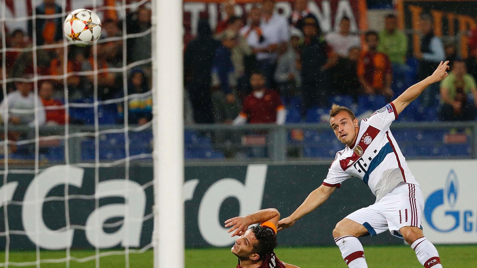 Shaqiri chuta para fazer um dos gols da goleada do Bayern de Munique
