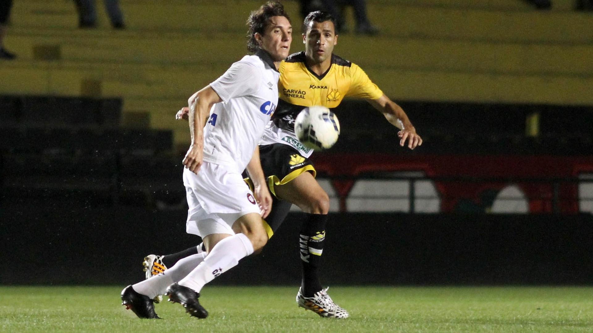 22. out. 2014 - Cleo, do Atlético-PR, disputa bola com Ronaldo Alves, do Criciúma, em partida pelo Campeonato Brasileiro