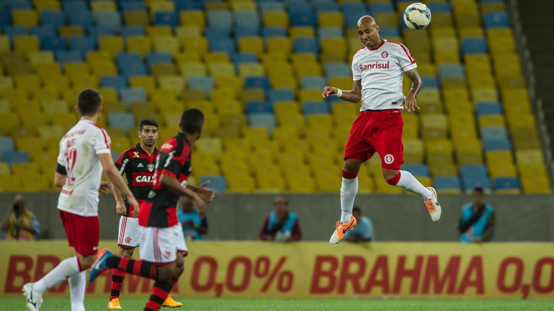 Alan Costa, substituto do suspenso Paulão, salta para fazer o corte em jogo Flamengo e Inter