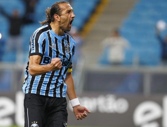 Grêmio vence o Figueirense por 1 a 0 e se aproxima do G4