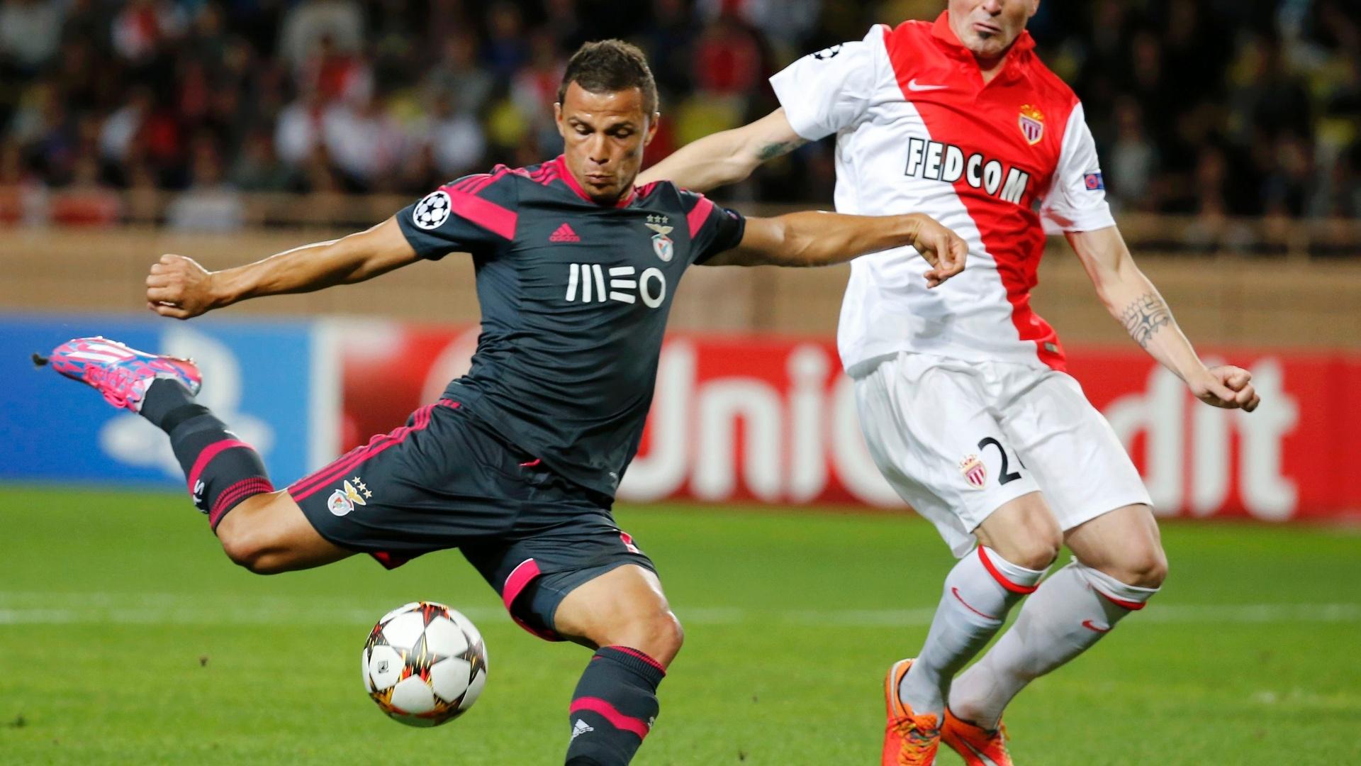 Brasileiro Lima (esquerda) chuta pelo Benfica contra a marcação do jogador o Monaco