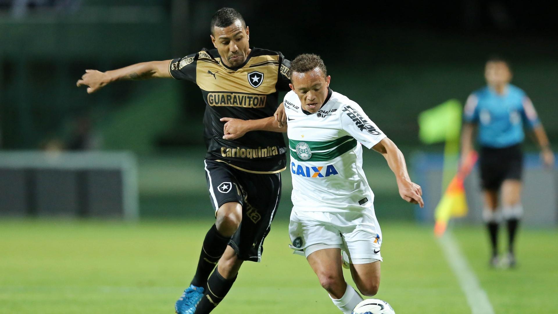 Carlinho, do Coritiba, disputa bola com Ramirez, na partida contra o Botafogo, pelo Campeonato Brasileiro