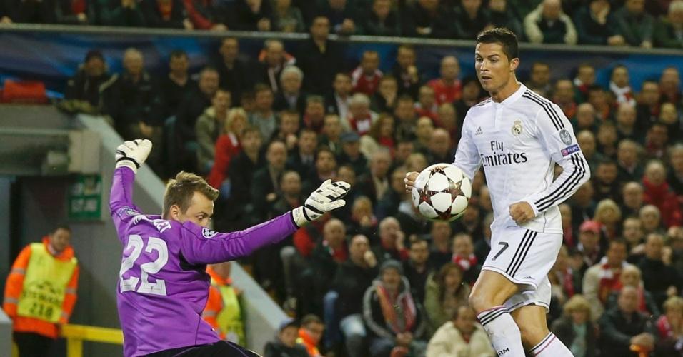 Cristiano Ronaldo, do Real Madrid, tenta finalização pelo alto para grande defesa de Mingolet, do Liverpool
