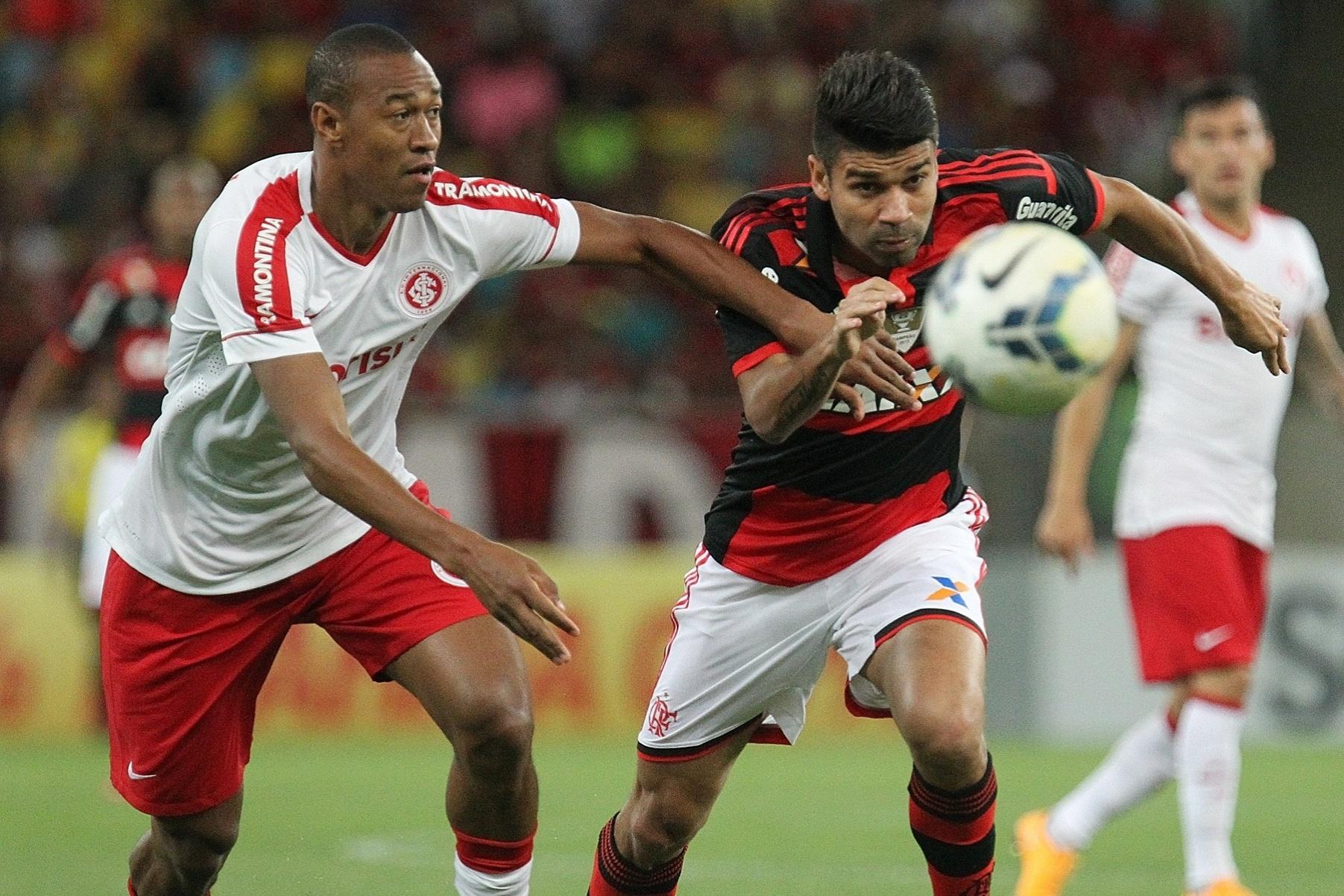 Eduardo da Silva faz jogada pelo Flamengo contra o Inter pelo Brasileirão