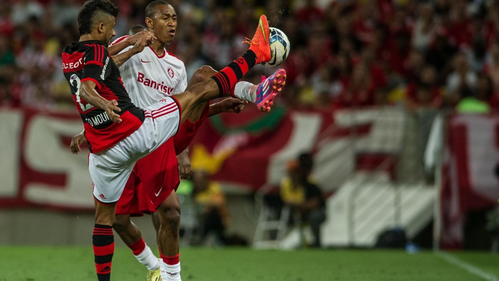 Fabrício e Leo Moura disputam bola durante jogo Flamengo e Inter, no Maracanã