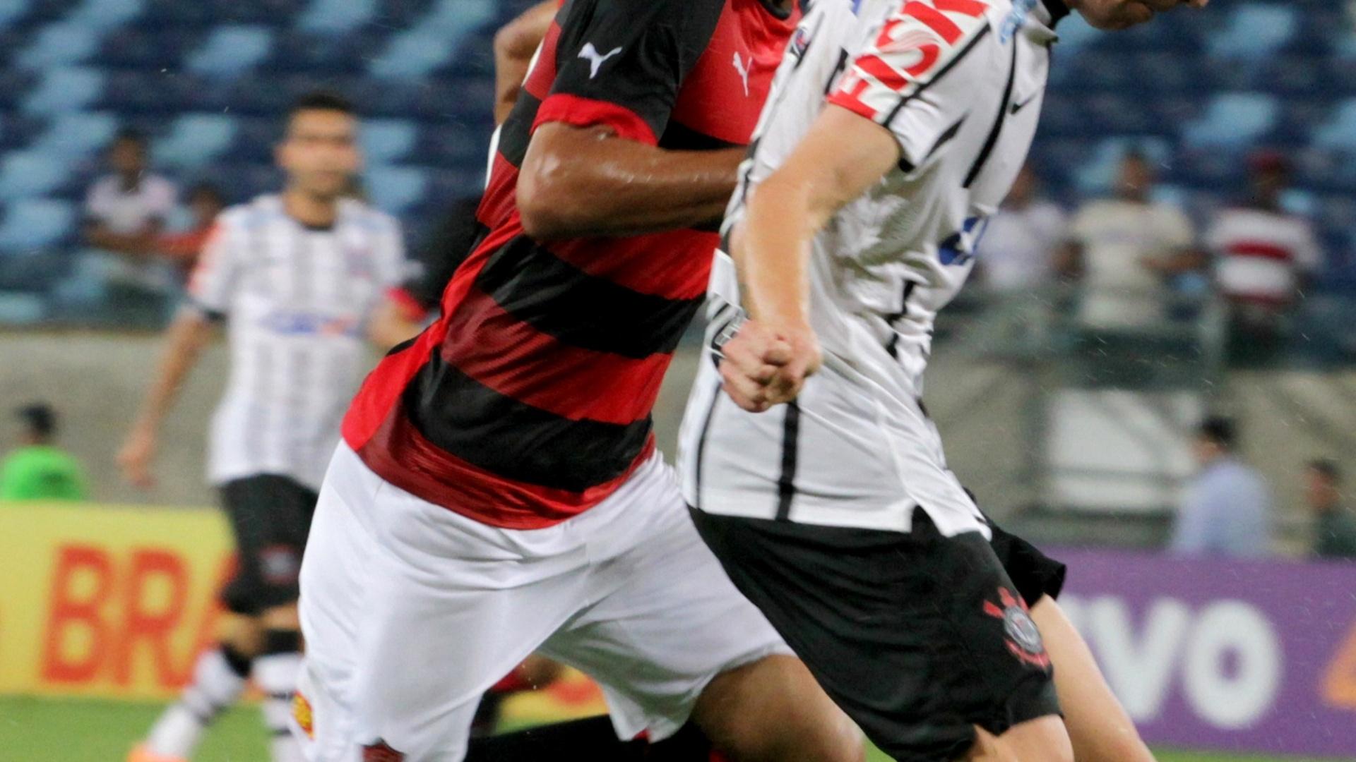 Ferrugem tenta fazer jogada na partida entre Corinthians e Vitória
