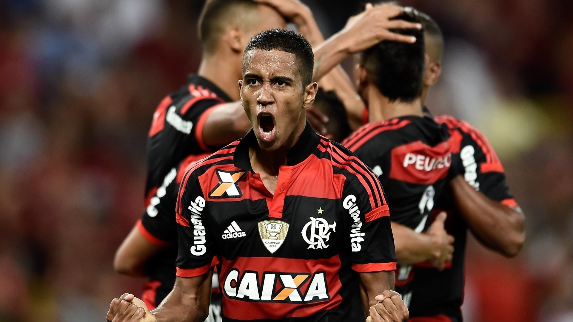Gabriel comemora gol do Flamengo contra o Inter pelo Brasileirão