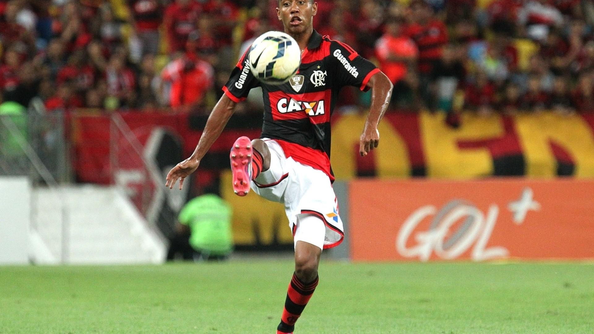 Gabriel domina a bola na partida entre Flamengo e Inter pelo Brasileirão